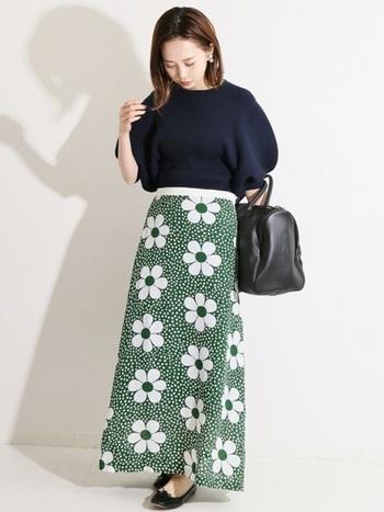 夏にぴったりの花柄スカートとネイビートップスに、黒のバッグ&シューズで秋っぽく印象チェンジ。小物を変えるだけで夏服を着られる期間が伸ばせますよ♪