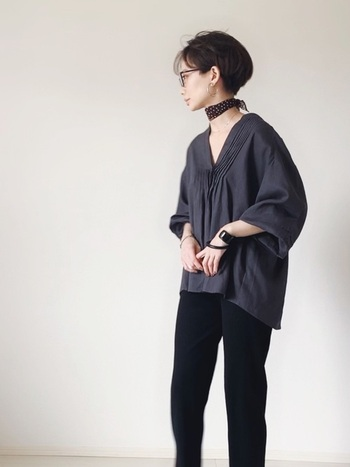 ブラウスに黒のパンツを合わせ、ラフな雰囲気を出しつつ、スカーフのアクセントで一気によそゆきコーデに。バングルも黒で揃えるとぐっと洒落感が増します。
