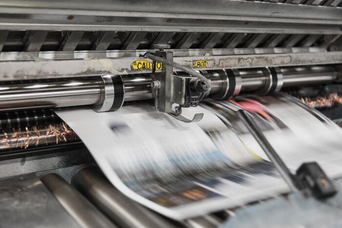 A) ちゃんとした印刷紙や自分で選んだ紙を使いたい、色を綺麗に出したい方は、印刷会社に依頼しましょう!都内の大型文具店でZINEのイメージに合う紙選びからこだわると、作品の印象や質も大きく違ってきます。入稿データを整えて業者に納品しなければいけないのは少し手間ですが、その分クオリティの高いZINEが完成します。各業者で入稿方法やルールなどが違うので、確認してから依頼するようにご注意を。