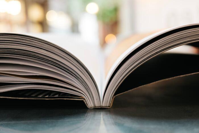 最後のステップは、切った紙を本の形にする製本です。これも業者に頼むと請け負ってくれる工程ですが、自分で製本を行うならホチキスで留めるのが一番手軽な方法です。