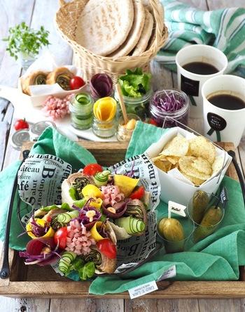 好きな具材を自由に詰めて楽しむピタパンパーティーもおすすめ。具材は、野菜やハム、変わりフライなどなんでもOK。わくわくするような美しい盛り付けを工夫しましょう。ピタパンは、自分でも作れますが、市販のものもあり便利です。