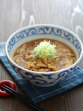 ルウから作れるカレーうどんのレシピです。出汁やめんつゆがなくても、しょうゆとみりんで調えて手軽に。ランチやお疲れ時の夕食にぴったりです。