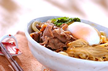 すき焼きの〆のうどん、美味しいですよね。うどんすきなら、一人分でも作りやすくて栄養バランスも良くおすすめ。温泉卵をからめて召し上がれ!
