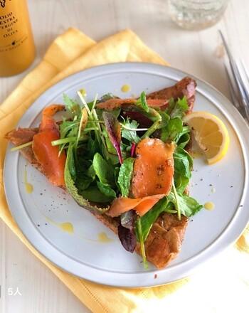 そば粉の風味高さが魅力のガレット。スモークサーモンや野菜を合わせて、お食事向けに仕上げています。もちろん、スイーツ系にまとめることもできます。