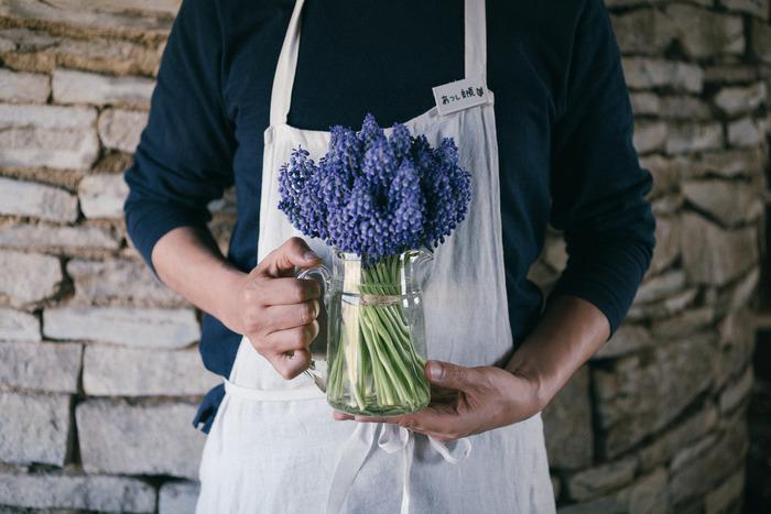 ミントやレモンを浮かべた爽やかなフレーバーウォーターを楽しんだり、外国の食卓のような雰囲気が楽しめるピッチャージャグには季節のお花を。安定感のあるものであれば、中くらいのブーケも受け止めてくれます。お花はもちろん、ガラスに透ける茎や水の美しさにもうっとり。