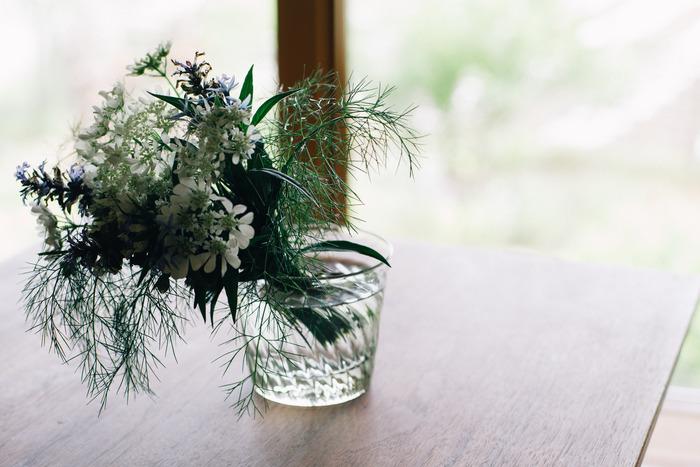 ロックグラスは、重厚なつくりのものや美しいガラス製のものが多いですよね。普段ウィスキーをあまり飲まないご家庭では戸棚の奥にしまっていることも。小さな野の花や、ハーブなどを活けるのにぴったりです。
