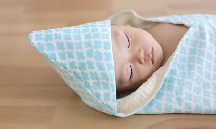 ダブルガーゼを2枚合わせたフード付きの赤ちゃんのためのおくるみ。赤ちゃんのお肌にもやさしいダブルガーゼなので、長く愛用できそう。