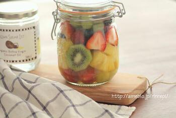 多彩なフルーツをりんご酢などに漬け込んだフルーツジャー。おもてなしランチのお相手がヘルシー志向の方なら、こんなデザートもよさそうですね。前もって作っておけるのも助かります。