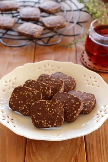 アイスボックスクッキーは初心者さんでも挑戦しやすいお菓子。ほろ苦いココアと香ばしいアーモンドが絶妙にマッチし、つい手が止まらなくなるおいしさです。