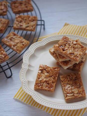 アーモンドの食感×カリカリのキャラメル×サクサクのパイのハーモニーがたまらない!冷凍パイシートを使い、一度にたくさん作ることができるので、お配りやお裾分けにもぴったりです。