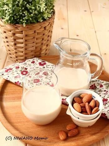 実は家でも簡単に作れるアーモンドミルク。自然な甘さと深いコクを備えたおいしいドリンクです。牛乳の代わりとして、お菓子や料理にも活用できます。