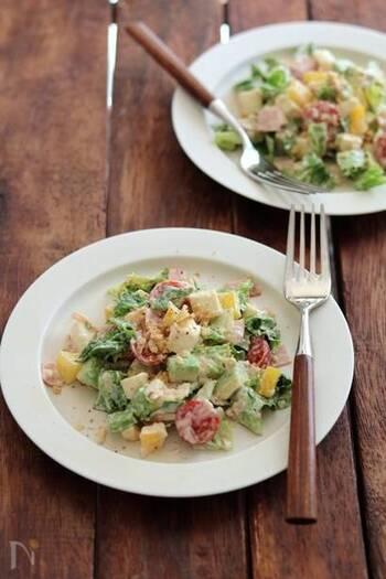 へルシーでボリュームたっぷりのごちそうサラダ。食材をすべて角切りにして和えるだけなのでとっても簡単。アーモンドを入れることで、より食べごたえがアップします。