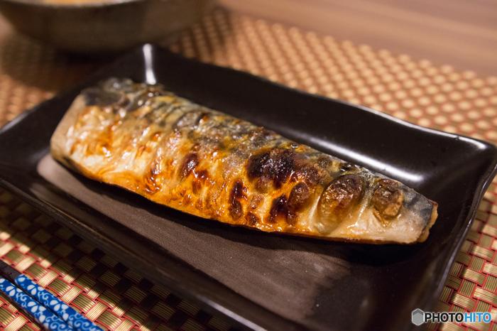 サバには青魚の栄養素として代表的な「EPA(エイコサペンタエン酸)」、「DHA(ドコサヘキサエン酸)」もがっつり含まれています。EPAは中性脂肪や内臓脂肪に働きかけ、肥満や高血圧を予防する効果が期待でき、 DHAは脳の機能を促進するのに役立つと言われています。それだけでなくサバ缶は骨ごと食べられるように柔らかく煮てあるため、カルシウムも豊富に摂ることができます。