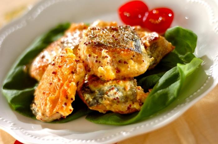 小麦粉を振ってムニエル風に仕上げた鮭をマヨネーズと粒マスタードで和えたレシピ。いつもの鮭もこんなお洒落に仕上がります。メインにもなるのでレパートリーに入れておきたいレシピです。