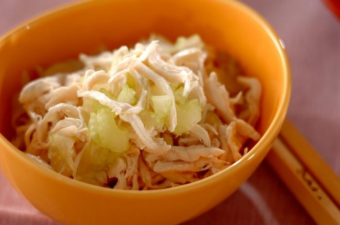 茹でたササミとセロリを塩で和えるだけの簡単レシピ。ササミをしっとり仕上げるポイントは最後余熱で火を通すこと。セロリのシャキシャキ食感とササミのしっとり食感が副菜にぴったり。