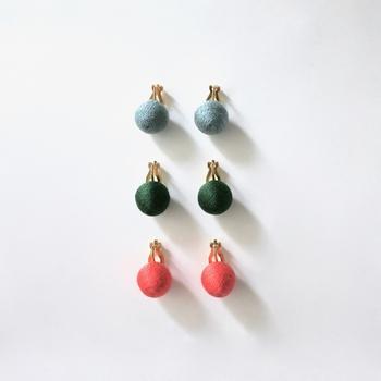 コロコロと可愛いキャンディーのようなこちらのピアスはコットンの糸で一つ一つ手作業で作られた、シンプルなのに存在感がある一品です。