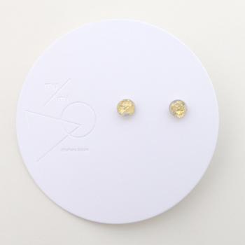 透明の樹脂の中にキラリと光るゴールドはなんと和紙をちぎったもの。ちぎるという細かい作業から生まれる毛羽立ちが一つ一つ異なった表情を見せてくれています。