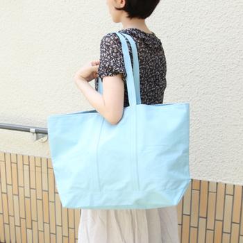 岡山県倉敷市、倉敷帆布のブランド「6SHiKi(ロクシキ)」のマルシェバッグです。ちょっとした遠出や旅行にも使えるほどの大容量バッグですが、シンプルなデザインとやさしく淡い色合いなので、持っていても自然になじんでくれますね。薄めの6号帆布なので、もちろん折り畳むことができますよ。