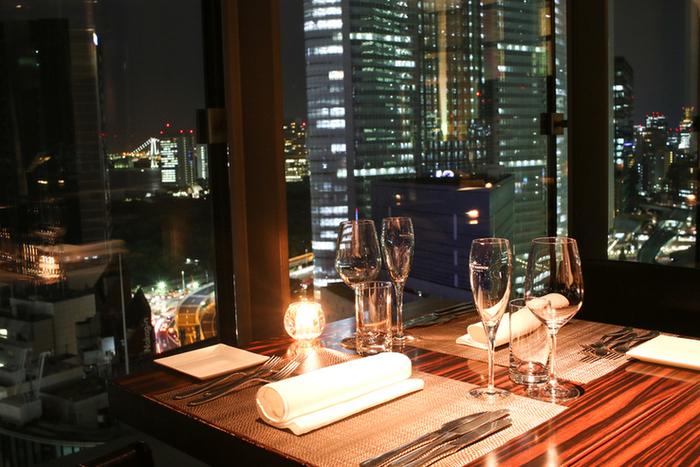 東京湾を見下ろす店内で、景色を楽しみながらお食事を楽しみましょう。
