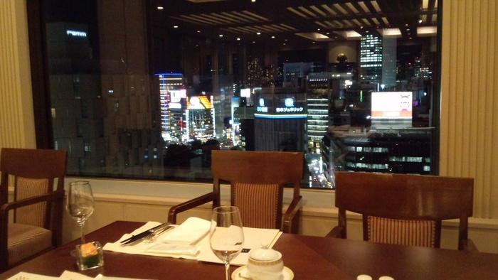 銀座の夜景を楽しめる店内。老舗としての風格ある店内での食事をお楽しみください。