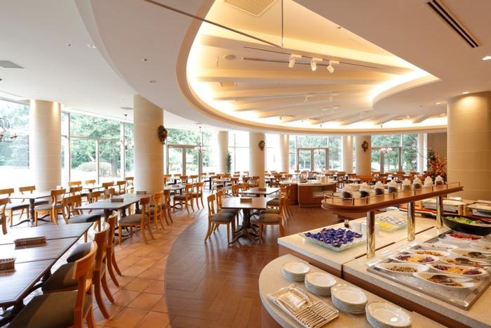 広々とした開放感ある店内が特徴。昭島の自然を楽しみながら食事ができます。