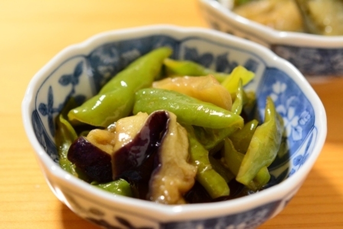 ししとうの仲間である甘長唐辛子と茄子をめんつゆで味付けした簡単レシピ。最初に相性のいい油で炒めるので、こっくりした風味が味わえます。ごはんにもお酒のおつまみにもぴったりです。
