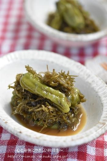 旨味と食物繊維が豊富な切り昆布を合わせたししとう煮物。多めに作って常備菜にしておくと、テーブルにもう一品ほしいなって時にとても便利ですね。