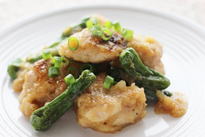 こんがり焼いた鶏肉に仕上げにししとうとみぞれで煮た、ボリューム感があるけどあっさりした味わいでお箸がすすむ一品。ししとうの苦味が鶏肉の旨味を一層引き立ててくれます。