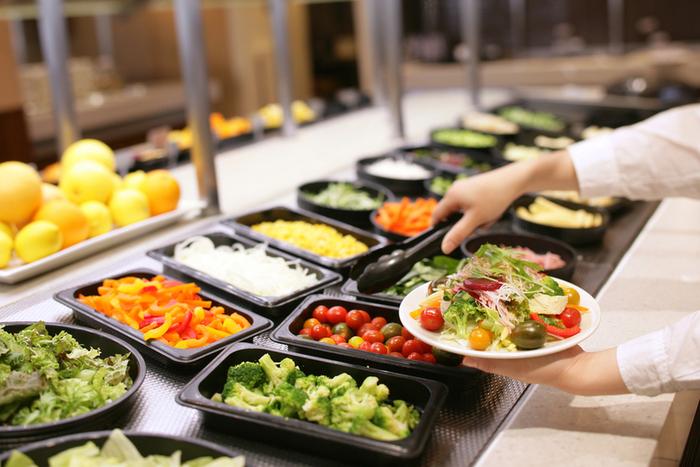 豊富な種類のサラダバーが魅力。野菜の種類も豊富なので、普段あまり食べない野菜も食べられるかもしれません。
