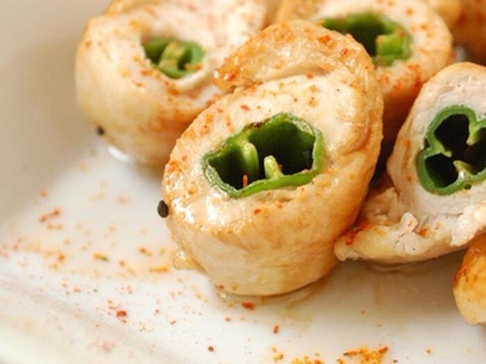 ししとうをしっとりあっさりした味わいの鶏ささみで巻いて焼いたもの。ししとうの断面が可愛く緑もキレイなので、お弁当のおかずにするとパッと華やかな雰囲気になりますね。