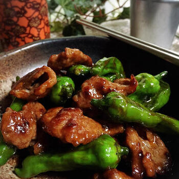 韓国の味噌、コチュジャンを聞かせたパンチのある味が決めての牛肉炒め。ボリューム満点でちゃちゃっと作れるのが嬉しいレシピです。