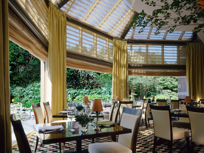 ガラス天井の開放感あふれる店内。緑を楽しみながらお食事できます。