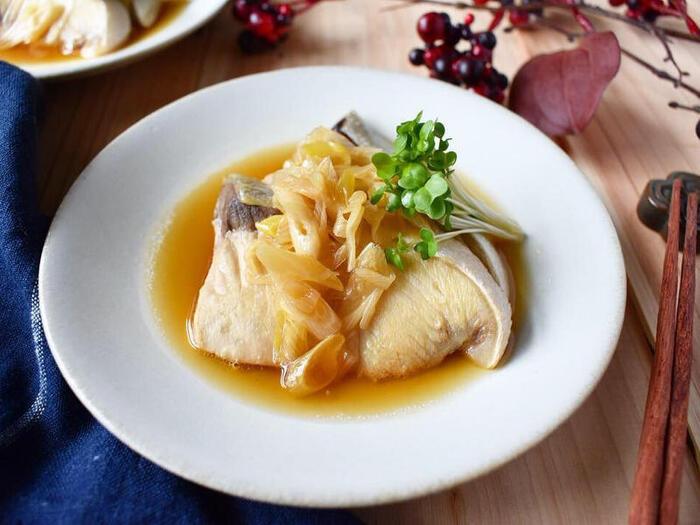 こってりめの味つけが多いぶり料理。たまにはぽん酢でさっぱり煮にしてみませんか?照り焼きと同様フライパンで作れて簡単。一緒に煮たネギの甘さと、とろりととろける食感が好相性です。