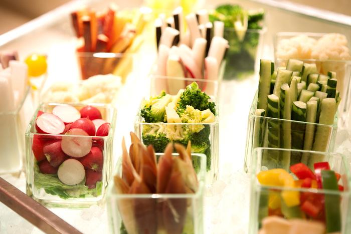色とりどりのサラダバーが魅力的。普段はこんなにたくさん生野菜を食べられない方も、この機会に楽しみましょう♪