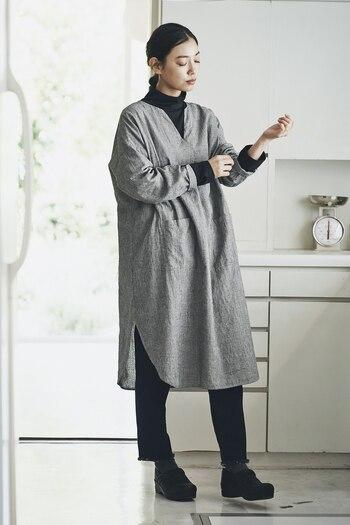 ブラックで程良く引き締まったモノトーンコーデ。淡いグレーが上品で、どこかアンニュイな雰囲気が漂う大人コーデが完成します。