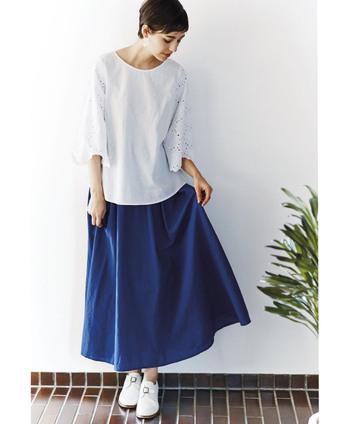 春夏で着こなしたくなる明るいカラー。寒色ならではの清潔感と爽やかさで、透明感のある着こなしが叶います。ブルーの鮮やかさがアクティブな印象にしてくれます。
