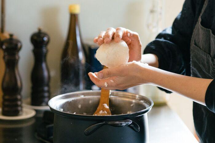 いかがでしたか?ふだん、お弁当や手軽なランチに作っているおにぎり。ちょっとしたコツを覚えるだけでいつものおにぎりがより美味しくなります。アレンジレシピも豊富なので、気になるレシピを見つけたらチャレンジしてみるのも良いかも。そしてご紹介した器に盛れば、それだけでテーブルが華やかになり、おにぎりが主役の美味しい食事を楽しめるかも。