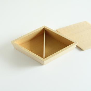 暮らしに寄り添うような魅力的な漆製品を生み出している輪島キリモトの、三角おにぎりがちょうど二個入る、おにぎりのための贅沢な「おにぎり箱」。