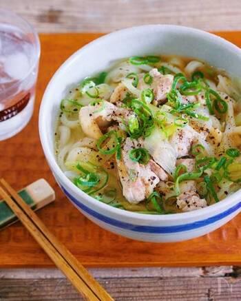 鶏ガラスープの素で作る、鶏の旨味たっぷりのうどんです。出汁やつゆがなくても作ることができるのが嬉しいですね。ごま油や粗びき胡椒がアクセントになっていて、いつもとちょっと違った味わいが楽しめますよ。
