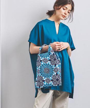 東アフリカの伝統的な布「Kanga(カンガ)」を使ったおしゃれなエコバッグです。大胆な柄と鮮やかな配色が華やかな雰囲気。シンプルなコーディネートのアクセントとして活躍してくれますよ◎。