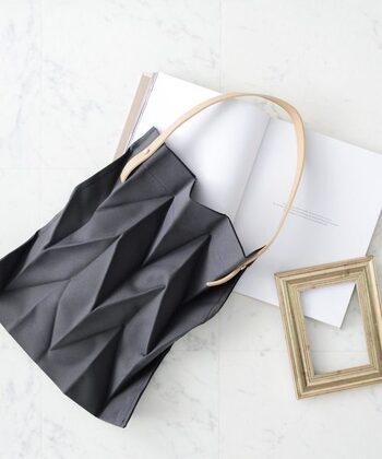 美しいプリーツ加工が施された「VitaFelice(ヴィータフェリーチェ)」のエコバッグです。独特の個性的な折加工がスタイリッシュな雰囲気。使わない時には折りジワに添って折りたたんで、コンパクトに収納できます。