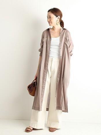 くすみピンク寄りのベージュは、女性らしい雰囲気を出したい時にぴったりのカラー。ホワイトコーデのアクセントに羽織れば、夏コーデがぐっと秋っぽく変身!