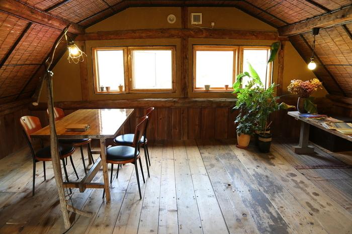 店内は木目の風合いが優しくレトロな雰囲気。1階にはカウンター席とテーブル席、2階にもテーブル席があります。梯子のような階段を上ると、まるで隠れ家に行くようでワクワクします♪(写真は2階席の様子)