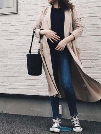 こちらはトレンドのカットオフデニムに、ロングコートを合わせたおしゃれな大人カジュアル。旬のデザインを1アイテム取り入れるだけで、シンプルな装いも今年らしい印象になります。黒をポイントにしたシックな配色も素敵ですね。