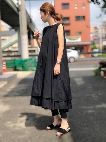 夏はシックなオールブラックコーデも大人気です。こちらは黒のワンピース×レギンスのおしゃれな大人カジュアル。ボリューム感のあるフレアワンピースが、女性らしくてエレガントな雰囲気です。