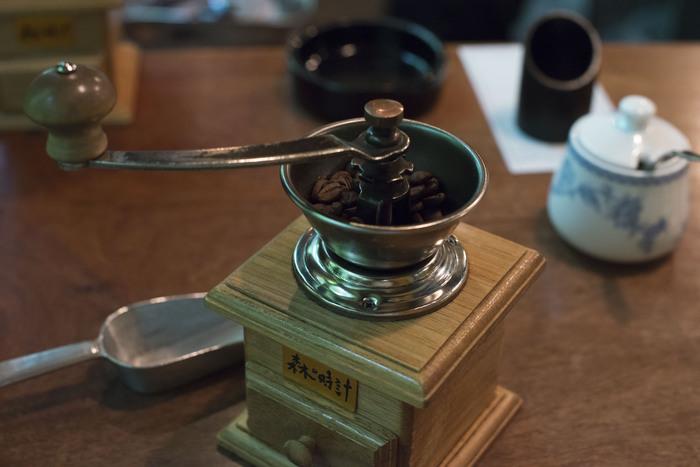 カウンター席でコーヒーを注文すると、自分で豆を挽くことができます。普段なかなかできない、貴重な体験ですよね。挽きたてのコーヒーは、香りも味も抜群です。