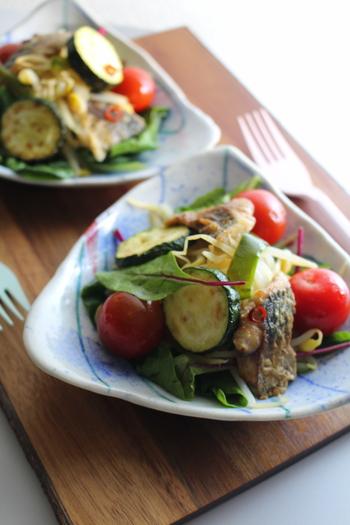 アジの南蛮漬けと夏野菜でさっぱり食べられるごちそうサラダは、ほんのりスパイシーなカレー粉が隠し味。野菜はごろっと大きめにカットして、彩りよく仕上げましょう。