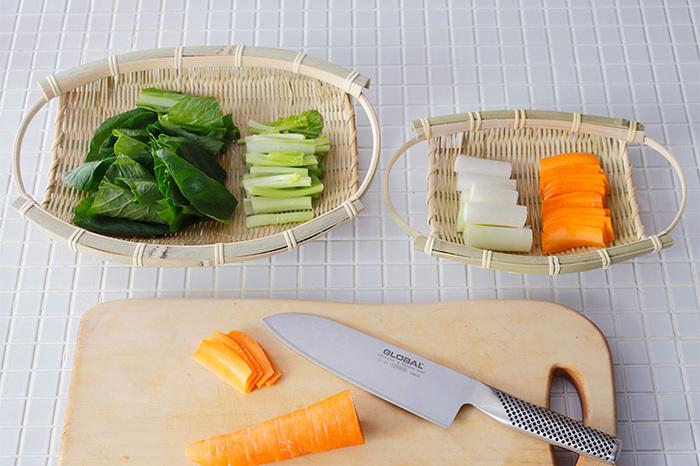 他にも、懐紙を敷いててんぷらや唐揚げを盛り合わせたり、カット野菜と、ディップを盛り合わせたりするのも素敵。器としてだけでなく、麺を茹でた後の水切りや、野菜を洗った後の水切りにも使えて便利です。
