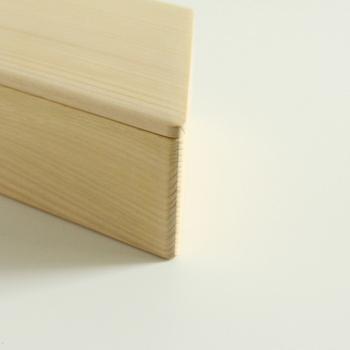 優れた機能性のある木材を長期間落ち着かせてから、輪島キリモトならではの細やかな技術により、木目を引き立て、角を面倒りします。そうやって丁寧に時間をかけて仕上がった美しいお弁当箱は末永く愛用したくなるほど魅力的。