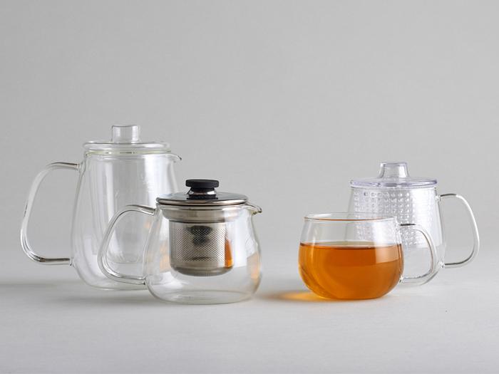 紅茶は緑茶同様蒸らして茶葉のエキスを抽出します。陶器やガラスのフタつきのティーポットを用意しましょう。 ジャンピングさせるには、横長のラウンド型のポットが最適。ポットの8分目までお湯を注ぐと美味しくいれられます。面倒でもポットは温めてから使いましょう。